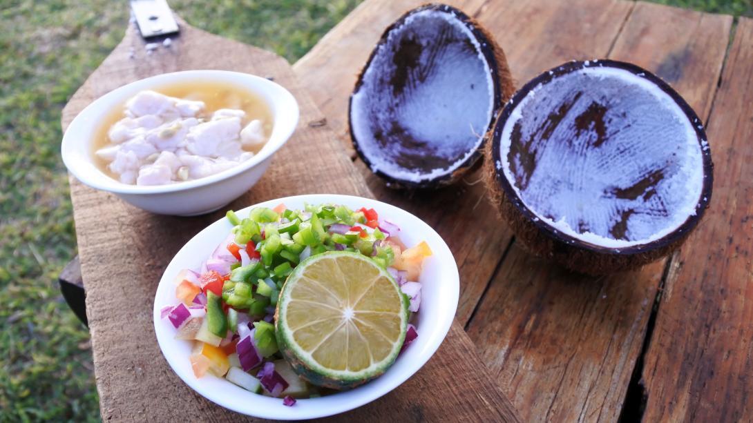 Un olat traditionnel fidjien préparé par les voyageurs au cours d'une leçon de cuisine aux Fidji.